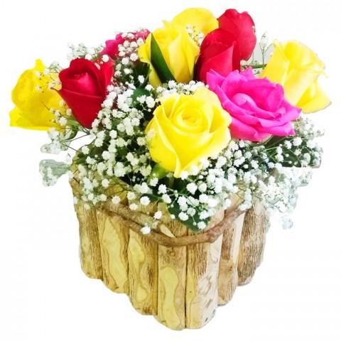 Arranjo com 12 Rosas Coloridas no Cachepô de Madeira