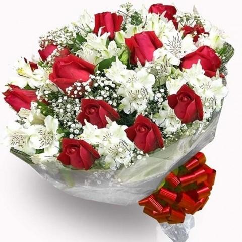 Buquê Amore Mio com 12 Rosas Vermelhas e Astromélias